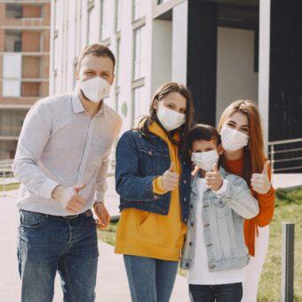 Familie mit Mundschutz