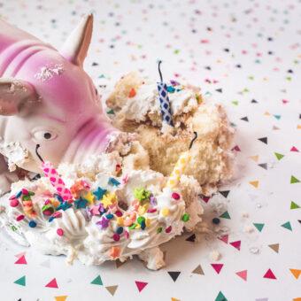 Geburtstagsschwein das eine Torte mit Kerzen frisst
