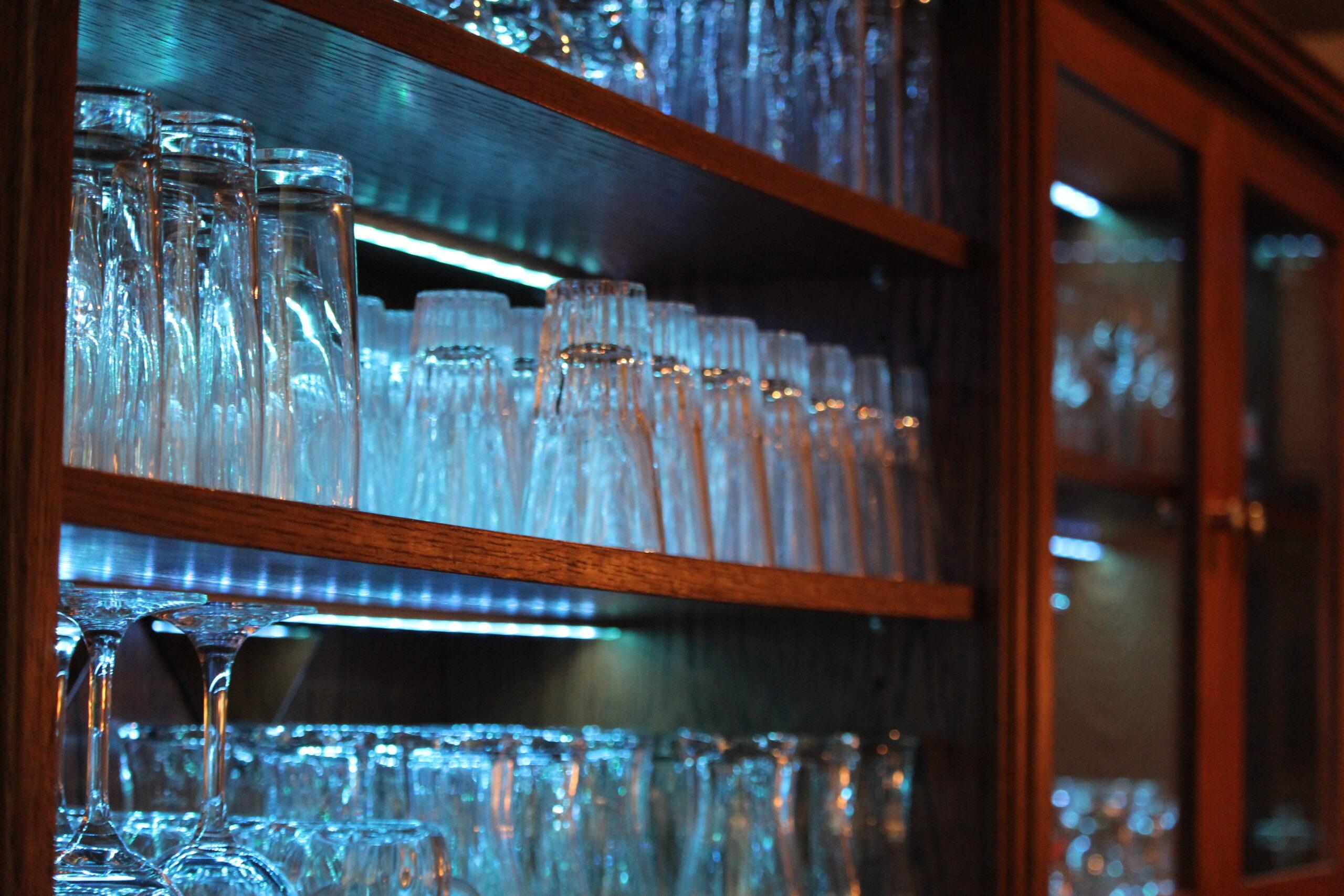 Nahaufnahme von eine Gläservitrine die mit blauen LED-Licht beleuchtet sind