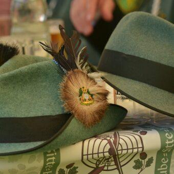 Zwei Hüte aus dem Schützenverein